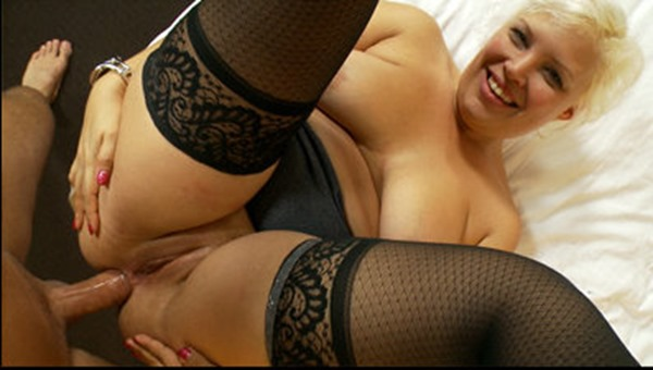 kinky-mompov-taking-it-in-her-ass