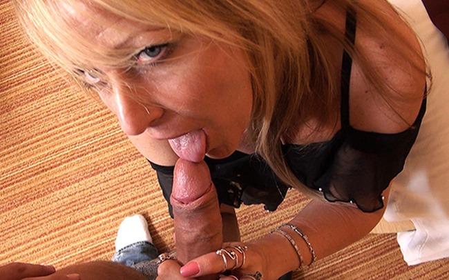mompov-44-year-old-blonde