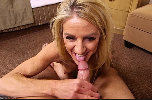 mompov-blowing-off-that-cock